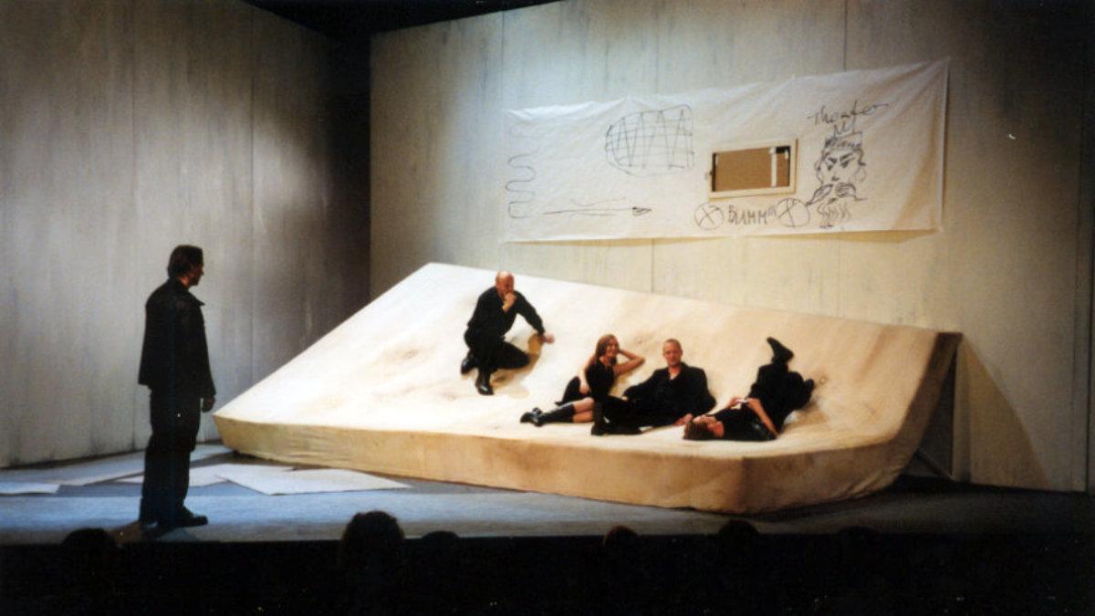 2001 // Bühnenbild und Kostüme für Die Gerechten / Camus / Regie: Marlon Metzen / Theater Bremen
